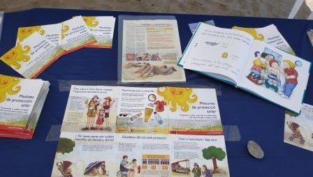 Prevenció i conscienciació a la platja d'El Prat de Llobregat sobre els riscos derivats d'una exposició excessiva al sol.